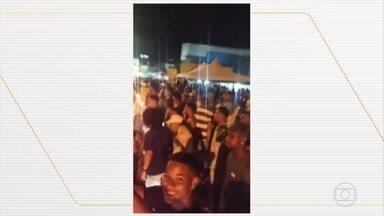 Polícia interrompe festa na praia de São Tomé do Paripe, na Bahia - Ao perceber a chegada dos policias muitas pessoas correram, e algumas chegaram até ir para a areia da praia.