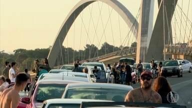 Domingo tem aglomeração em pontos de Brasília - Pessoas se reúnem em locais públicos num momento em que o Distrito Federal registra alta no número de mortes por Covid-19.