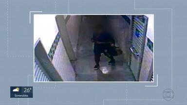 Polícia divulga vídeo em que mulher deixa recém-nascida em banheiro de hipermercado - Criança foi encontrada morta em sacola plástica. Caso foi no dia 06 de agosto em Contagem.