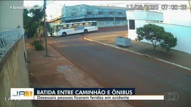 Acidnente entre caminhão e ônibus deixa 16 pessoas feridas, em Goiânia - Vídeo mostra quando veículos batem em cruzamento.