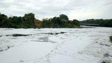 Rio Tietê tem espuma tóxica após chuvas em Salto - Devido às chuvas, a espuma tomou conta do Rio Tietê, em Salto (SP), na manhã desta segunda-feira (17).