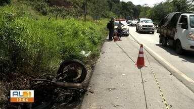 Acidente entre van e moto deixa uma pessoa morta e outra ferida em Satuba, AL - motocicleta incendiou após cair de ribanceira na BR-316.