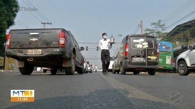Vestido de garçom, ambulante mantém a família vendendo água no semáforo - Vestido de garçom, ambulante mantém a família vendendo água no semáforo.