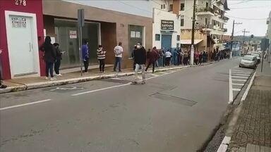 Moradores de Itapeva reclamam de fila em frente à agência da Caixa Econômica Federal - Moradores de Itapeva (SP) reclamaram de fila em frente à agência da Caixa Econômica Federal e um vídeo mostra a grande quantidade de pessoas no local.