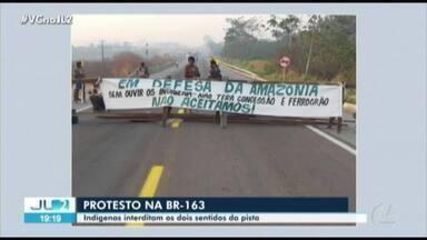 Indígenas interditam trecho da BR-163 - Indígenas interditam trecho da BR-163