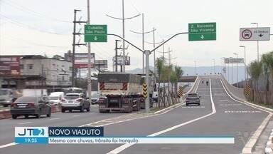 Entrada de Santos não registra congestionamento no primeiro dia com novo viaduto - Mesmo com chuva, não foi registrado trânsito parado na entrada da cidade.