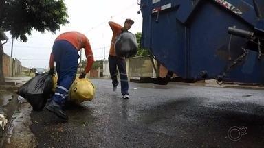 Cresce número de coletores de lixo de Bauru acidentados com material cortante - Levantamento feito pela Emdurb mostra que, desde o início do ano, 21 funcionários da coleta de Bauru sofreram acidentes com material cortante jogado sem cuidado no lixo. Esse número é mais que o dobro do que foi registrado no ano passado.