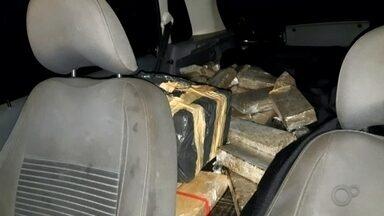 Dupla é presa com carregamento de maconha em Chavantes - Dois homens foram presos pela Polícia Rodoviária Federal na tarde desta terça-feira (18) com uma grande quantidade de maconha numa estrada vicinal em Chavantes. A droga ainda não foi pesada, mas os policiais estimam que no carro havia pelo menos 300 quilos do entorpecente.