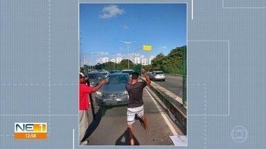 Grade de proteção da Via Mangue se solta e cai sobre carro - Caso aconteceu na manhã da terça-feira (18).