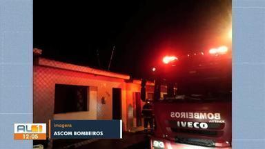 Incêndio na Chã da Jaqueira, Maceió, deixa uma mulher ferida - Segundo o Corpo de Bombeiros, o incêndio atingiu quase todo o imóvel.