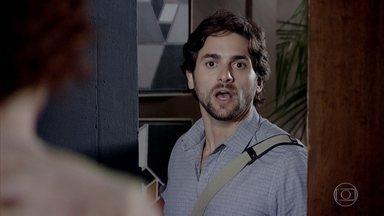 Beto Jr entra no apartamento de Esther - Com a ajuda de Beatriz, o jornalista consegue entrar no apartamento