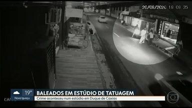 Pelo menos duas pessoas são baleadas em estúdio de tatuagem em Caxias - Crime aconteceu nesta quinta (20) e polícia investiga se motivação partiu de acerto de contas entre facções.