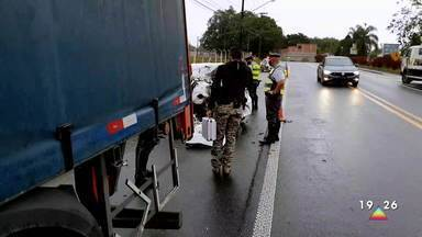 Acidente na estrada velha Guará-Lorena deixa mortos - Carro perdeu o controle e atingiu caminhão que estava parado no acostamento