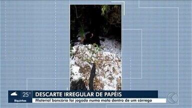 Polícia Civil vai investigar o descarte irregular de papéis em Araxá - O material foi encontrado nesta sexta-feira (21) próximo a uma mata no Bairro Novo São Geraldo. Material bancário estava jogado dentro de um córrego.