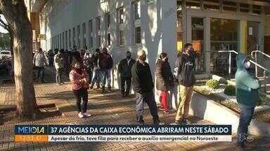 Agências da Caixa Econômica abrem neste sábado - Apesar do frio, teve fila para receber o auxílio emergencial no Paraná.