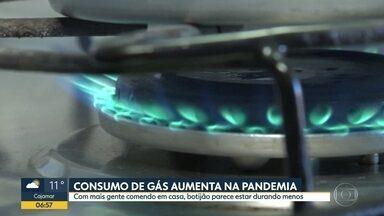 Consumo de gás aumenta na pandemia - Com mais gente comando em casa, botijão parece estar durando menos.