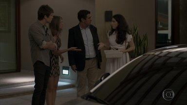 Cassanda pede que Débora analise a comida preparada por Sofia - A menina entrega uma quentinha para a irmã. Sofia afirma a Jacaré que vai dar um jeito de roubar o cofre da família em outra ocasião. Sofia ameaça Cassandra e pede que ela mantenha silêncio