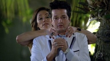 Tereza Cristina intimida Crô - O mordomo desconfia da relação entre a patroa e Ferdinand