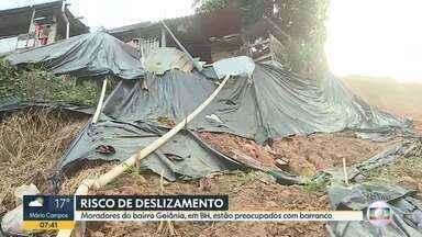 Encosta que está cedendo preocupa moradores do bairro Goiânia, em BH - De acordo com os moradores, o problema começou com a chuva do início do ano. Eles temem que casas sejam atingidas.