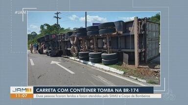 Carreta com contêiner tomba na BR-174 - Duas pessoas ficaram feridas.