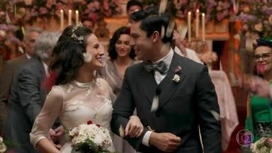 Maria e Celso se casam - Severo leva a filha até o altar. Todos aproveitam a festa na casa de Anastácia