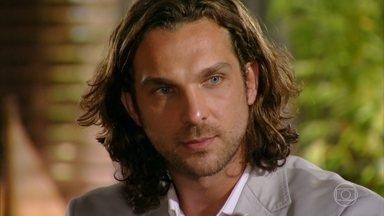 Dom Rafael exige que Alberto entregue os diamantes que ele encomendou a Dionísio - Playboy promete cumprir o acordo