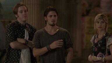 Rafael vê Lili beijando Germano - Lu e Max conseguem tirar o fotógrafo de casa, mas ele acaba vendo o que não queria