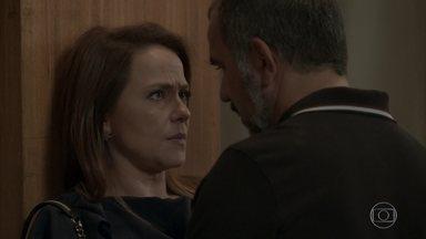 Lili se esquiva do beijo de Germano - A empresária diz que não sabe se o casamento terá volta