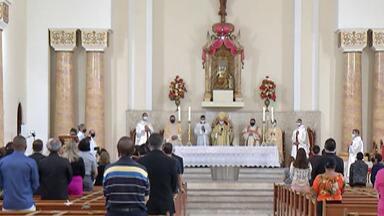 Missa celebra aniversário de Mogi das Cruzes - Igreja católica fez uma missa na Catedral de Sant´Anna para comemorar os 460 anos da cidade. A celebração seguiu o protocolo de prevenção contra a Covid-19.