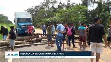Moradores fecham BR em protesto contra a falta de energia no ramal - Moradores fecham BR em protesto contra a falta de energia no ramal