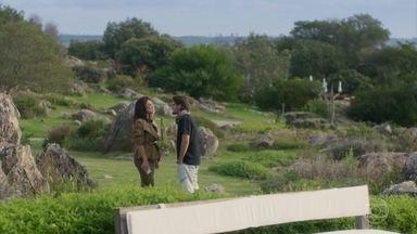 Carol pergunta se Rafael conseguiu conquistar Eliza - A jornalista diz que ele é a única maneira de ela se vingar de Arthur. Rafael diz que a modelo não deu abertura, mas que também gostaria de irritar Germano