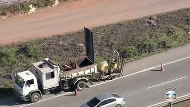 Roda de carreta se solta e mata uma pessoa na rodovia MG-424 - Um motociclista morreu e uma pessoa ficou ferida. A rodovia teve que ser interditada para perícia do local.