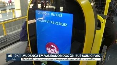 Usuários do vale-transporte reclamam do valor exibido no validador dos ônibus - Em vez de R$ 4,40 aparece um valor maior no validador.