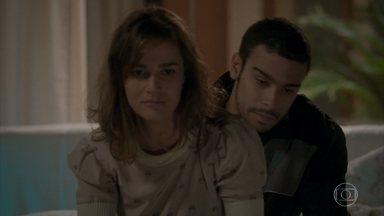 Sofia e Jacaré namoram no quarto dela - O malandro e a patricinha planejam fugir com o dinheiro de Germano e Lili