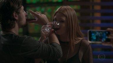 Carolina tira fotos de Rafael e Eliza brindando - A jornalista tenta insinuar nas imagens que os dois estão juntos