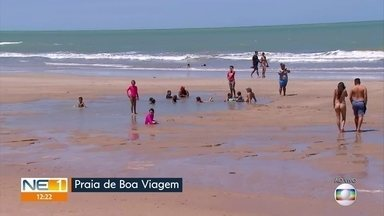Praia de Boa Viagem tem movimento tranquilo no primeiro sábado de liberação do comércio - Espaçamento e uso da máscara era respeitado pela maioria dos banhistas.