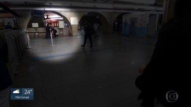 Passageiros registram homem sendo imobilizado no Metrô - Companhia diz que seguranças seguiram os procedimentos