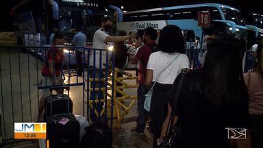 Aglomeração para embarcar nos ônibus na Rodoviária de São Luís - A movimentação de passageiros na Rodoviária de São Luís aumentou na noite dessa sexta-feira (4).
