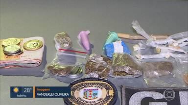 Guarda Civil prende suspeito de tráfico e apreende drogas em Contagem - De acordo com a Guarda, o homem ficou nervoso e tentou esconder alguma coisa dentro do tênis. Com o suspeito, os agentes encontraram onze buchas e dois cigarros de maconha, dois pinos de cocaína, doze pedras de crack e R$90.