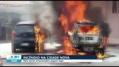 Dois carros pegam fogo na avenida Três Corações, em Ananindeua - Dois carros pegam fogo na avenida Três Corações, em Ananindeua