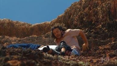 Donato encontra dois turistas acidentados - O pescador corre para tentar socorrê-los