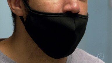 Infectologistas alertam que descuido com máscara é porta aberta para a Covid - Abaixar a máscara durante alguns instantes ou utilizá-la apenas sobre a boca é um risco, afirmam os médicos. Os estudos mostram que o vírus pode ficar suspenso no ar e, quando é aspirado, entra pela porta da frente: o nariz.