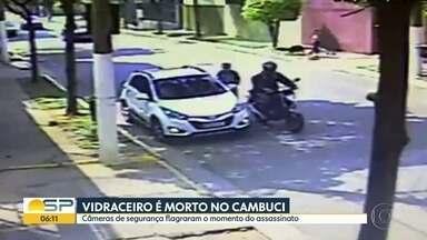 Homem é executado no Centro de SP - Câmeras de segurança registraram momento em que a atirador sai de um carro e sobe em uma moto para cometer o crime.