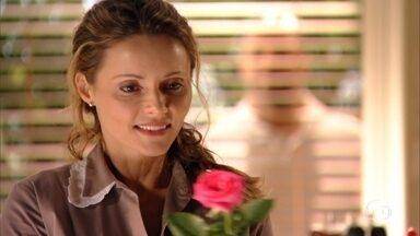 Romântico, Quirino convida Doralice para jantar - Ele deixa uma rosa e um bilhete, ela adora a surpresa