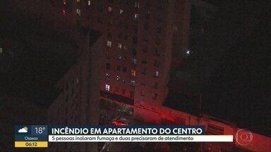 Apartamento pega fogo no Centro - 5 pessoas inalaram fumaça e 2 precisaram de atendimento.