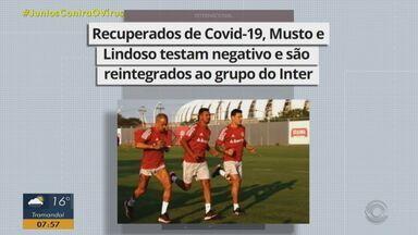 Recuperados de Covid-19, Musto e Lindoso testam negativo e são reintegrados ao Inter - Apesar da liberação, os dois jogadores não vão para o jogo contra o Ceará.