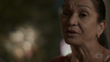 Jacira fica pensativa ao ver Janaína e Wesley juntos - Ela lembra da conversa com Florisval e reflete sobre a atitude que tomou com a filha