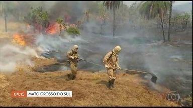 Calor e tempo seco ajudam na propagação de incêndio em várias regiões do país - No parque estadual das nascentes do rio Taquari em Mato Grosso do Sul, o incêndio chegou bem perto da base operacional de combate ao fogo. As chamas também atingiram um dos principais pontos turísticos de Mato Grosso -- a Dolina Água Milagrosa.