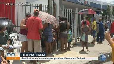 Baianos enfrentam fila para conseguir atendimento na Caixa Econômica Federal de Periperi - As primeiras pessoas chegaram ao local ainda nas primeiras horas da manhã desta segunda-feira (14) e enfrentaram chuva.