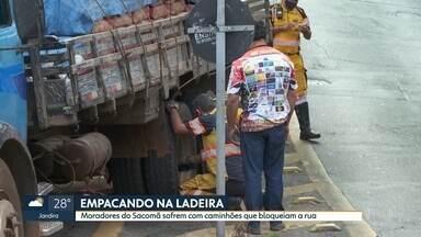 Moradores do Sacomã sofrem com caminhões empacando em ladeiras - Motoristas de caminhões desrespeitam sinalização e circulam pela região dos Três Tombos. Hoje, mais um ficou parado na subida.